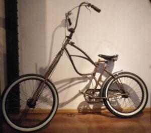 Aleix Rodríguez passió, sense límits, per la bicicleta L'Aleix és un enamorat de les dues rodes des de la seva infantessa, però especialment de la bicicleta entesa com un art lliure. La passió per la bicicleta va fer que amb 18 anys l'Aleix marxés a viure un parell d'anys a Holanda, la capital europea de la bicicleta, per descobrir noves cultures i emprendre nous camins. Allà l'Aleix va començar a treballar en el que més li agradava, un taller artesanal de bicicletes i va entendre que d'aquella vocació volia fer-ne un estil de vida. Entre les seves creacions més estimades trobem la Girafa, la Ziga-zaga o Swing Bike, el tricicles de muntanya o Drift Bike i tot tipus d'enginys que superen de llarg el concepte de bicicleta tradicional...